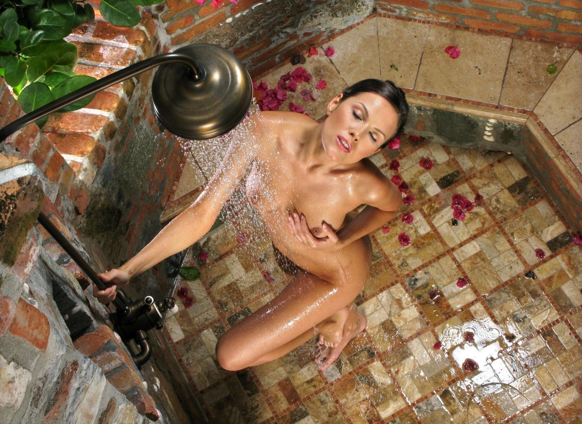 Сексуальная девушка моется в душе 13 фотография